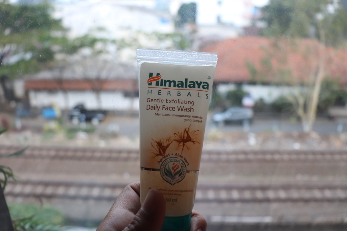 Review Himalaya Herbals Gentle Exfoliating - Face Wash Murah yang Cocok untuk Kulit Kombinasi